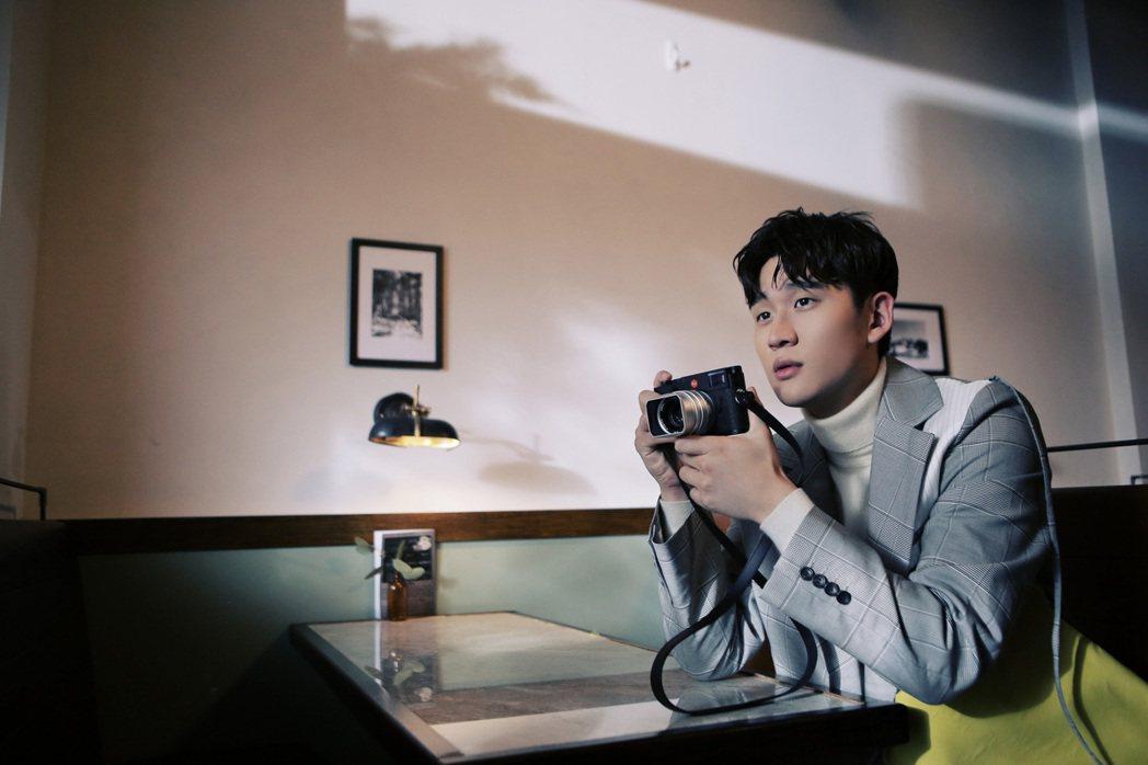 周興哲拍攝新歌「我很快樂」MV時,主動向導演加碼獻哭戲。圖/星空飛騰