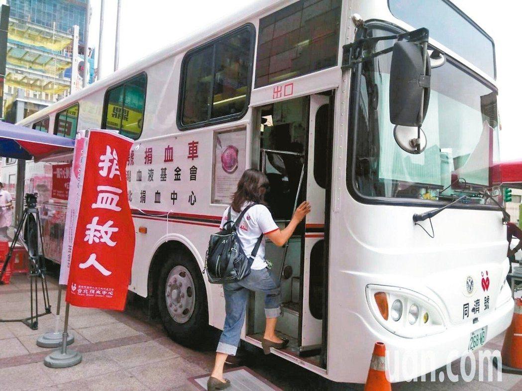 據血液基金會統計,台北血庫血液量只能再撐3.5天,強調各地捐血中心落實防疫安全無...