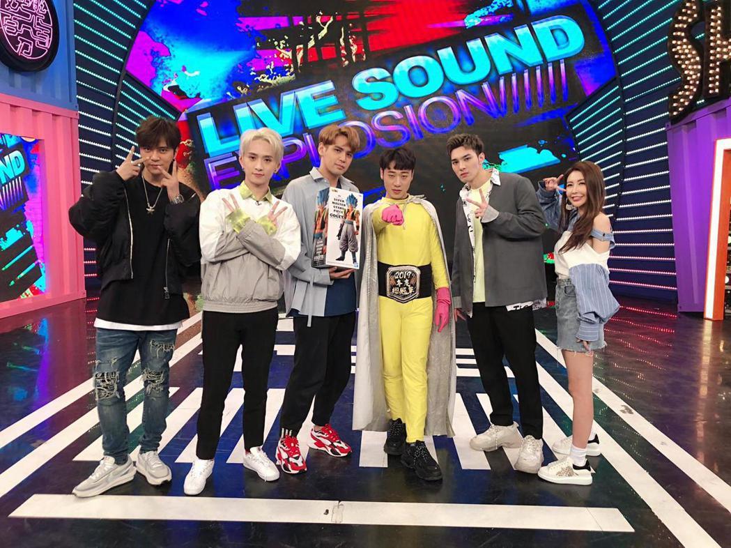 陳零九(左3)日前於「娛樂百分百」歡慶33歲生日,左起為小豬、邱鋒澤、小賴、黃偉