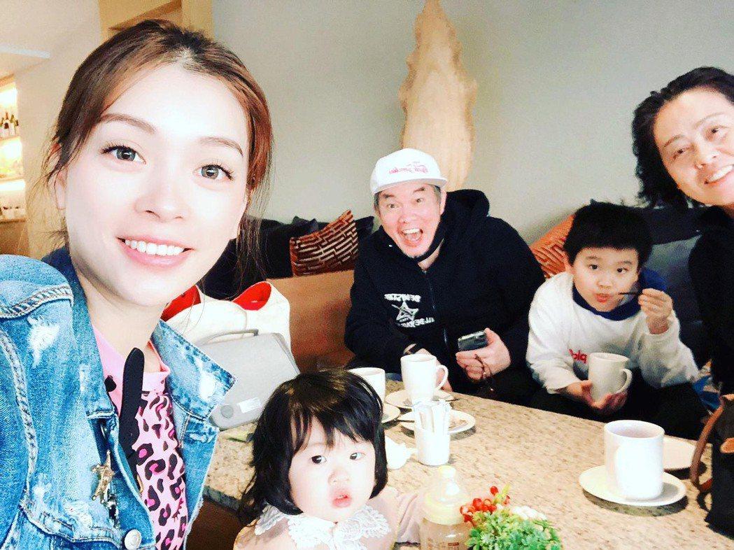 康康(中)很享受跟家人相聚時光,岳母(右一)從去年來台因疫情受困,至今還沒回杭州...