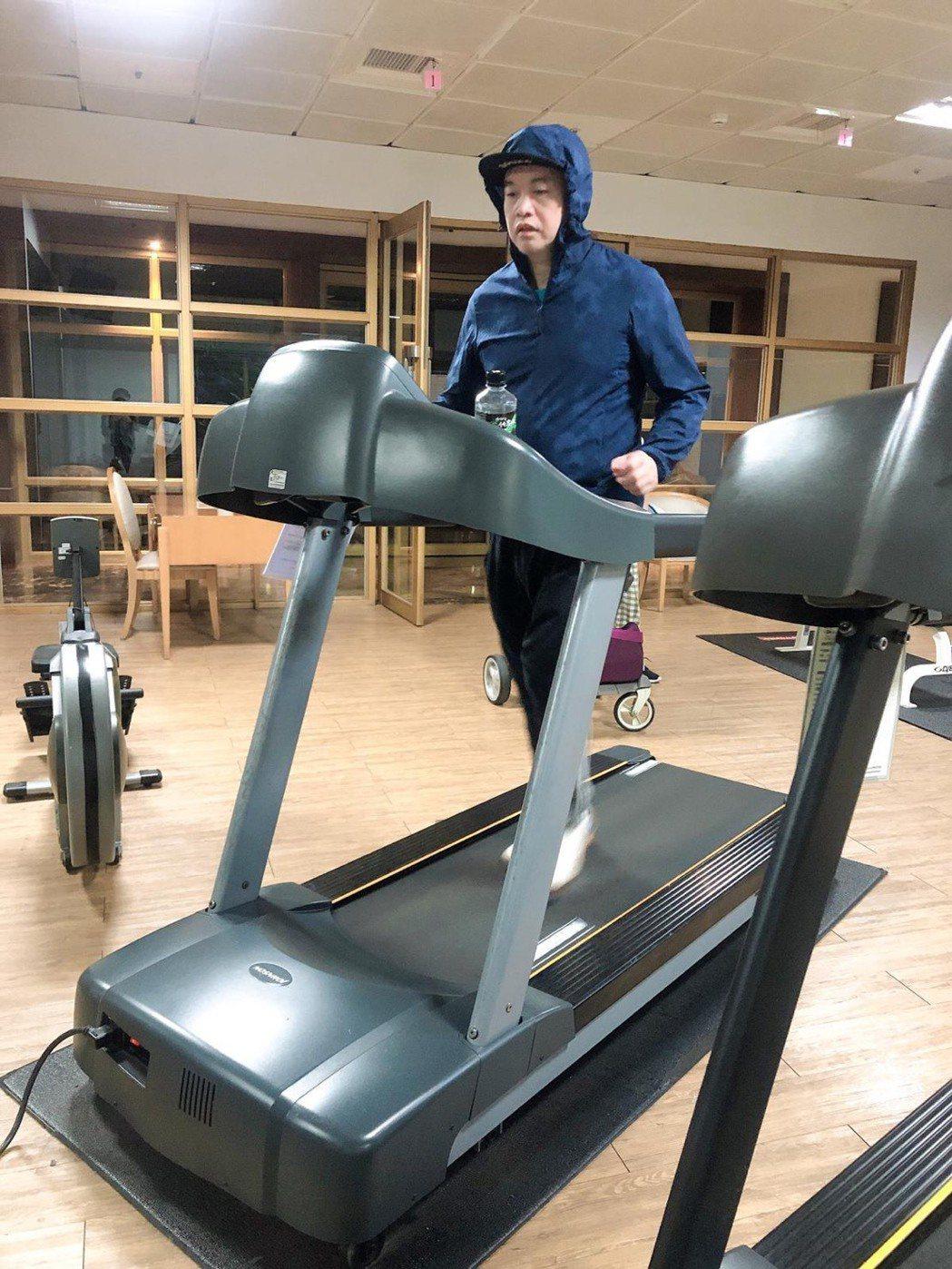 康康每天規律生活,除了跑步,還日走6千至1萬步。圖/康康提供