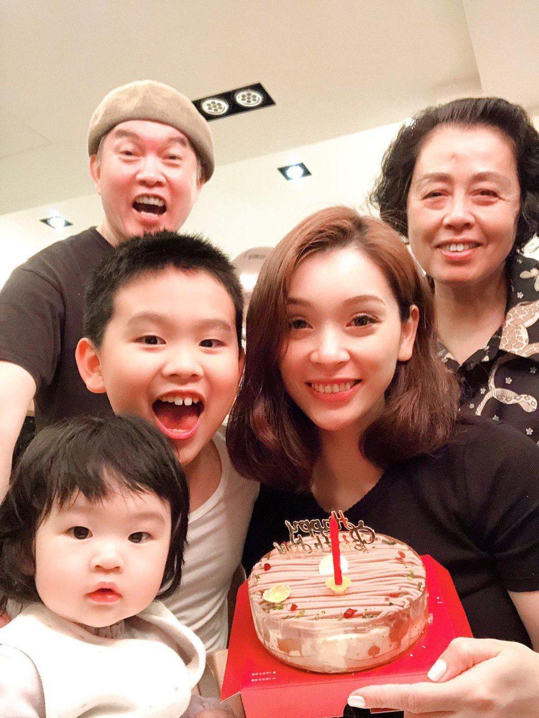 康康(後左)很享受跟家人相聚時光,岳母(右一)從去年來台因疫情受困,至今還沒回杭...