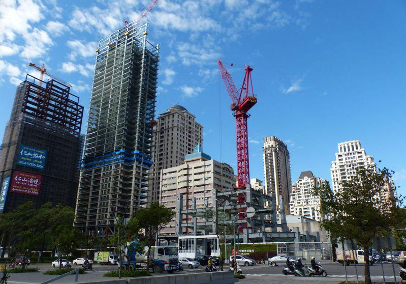 台中市一年申請建照案量約為3000多張、戶數直逼3萬戶,為六都之冠。記者趙容萱/攝影