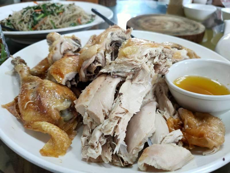 「國賢鑽石雞」的拿手菜就是桶仔雞,是以木炭加鐵桶自行悶烤出來的。記者黃寅/攝影