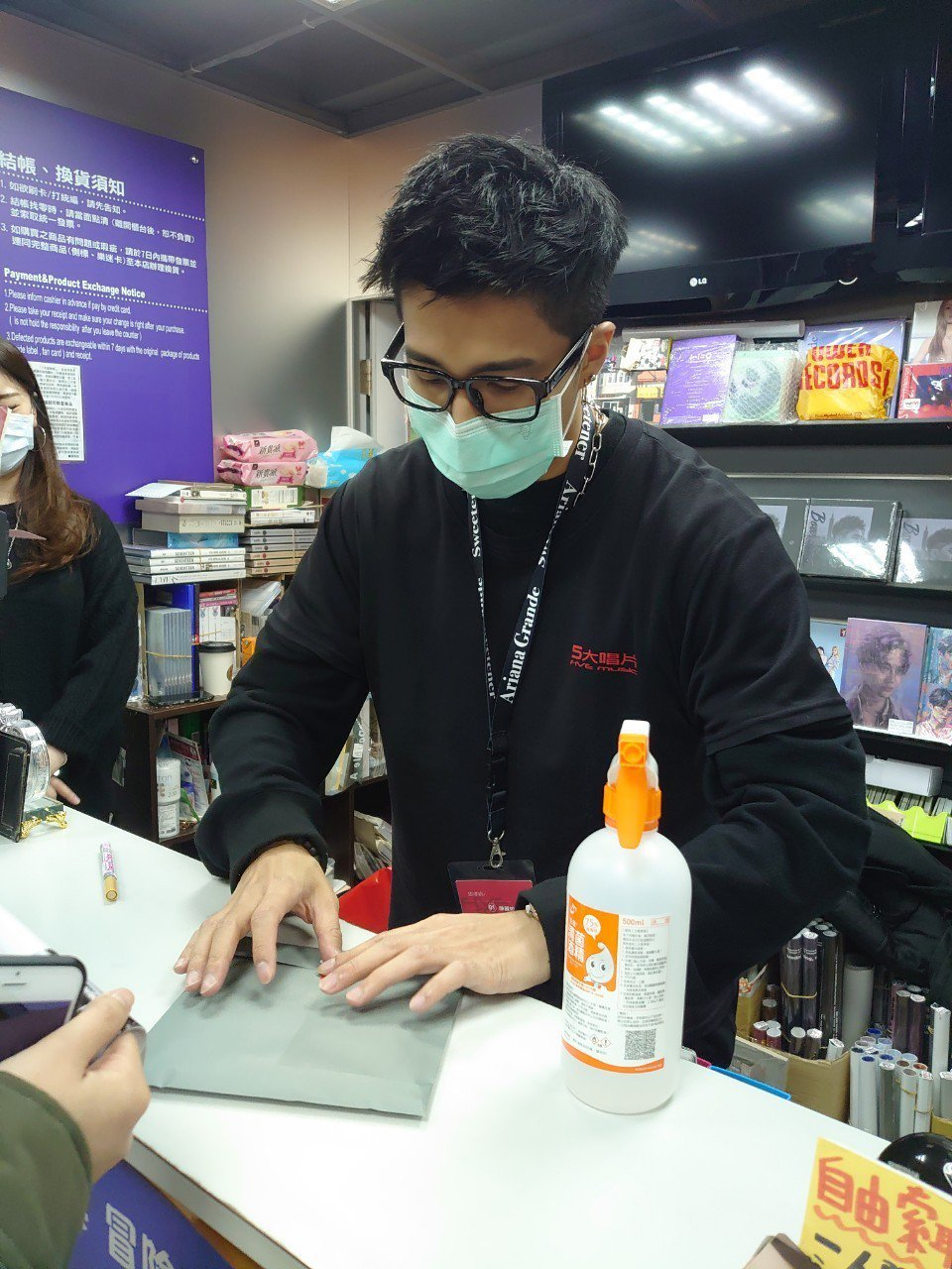 婁峻碩為新專輯「BOARDING」到唱片行擔任一日店員。圖/想不到音樂工作室提供