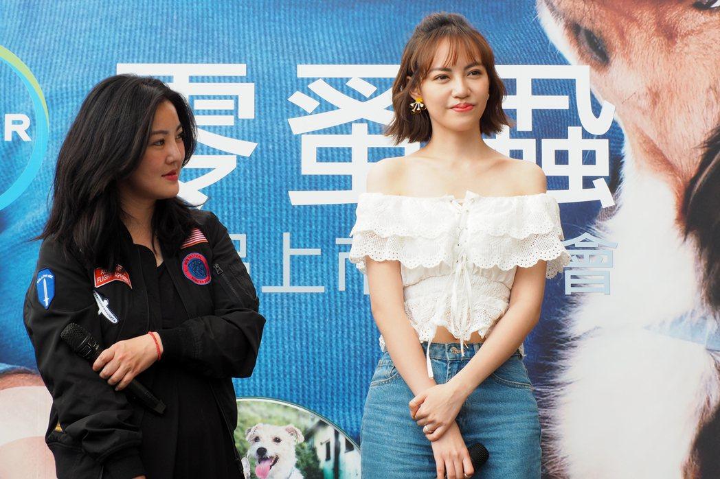 焦曼婷(右)與導演蔡宓潔出席寵物保健產品活動。圖/拜耳提供