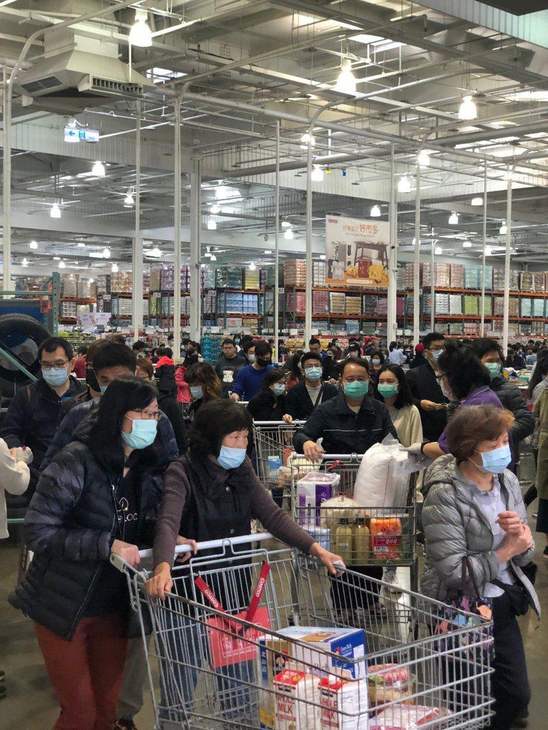 台灣好市多宣布明(11)日起一張會員卡盡量最多攜帶一人進場購物。記者陳易辰/攝