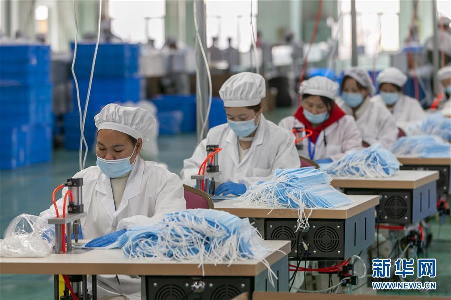 大陸10日起,對醫用口罩等11類醫療物資實施出口商品檢驗。圖為上海一家口罩廠。(...