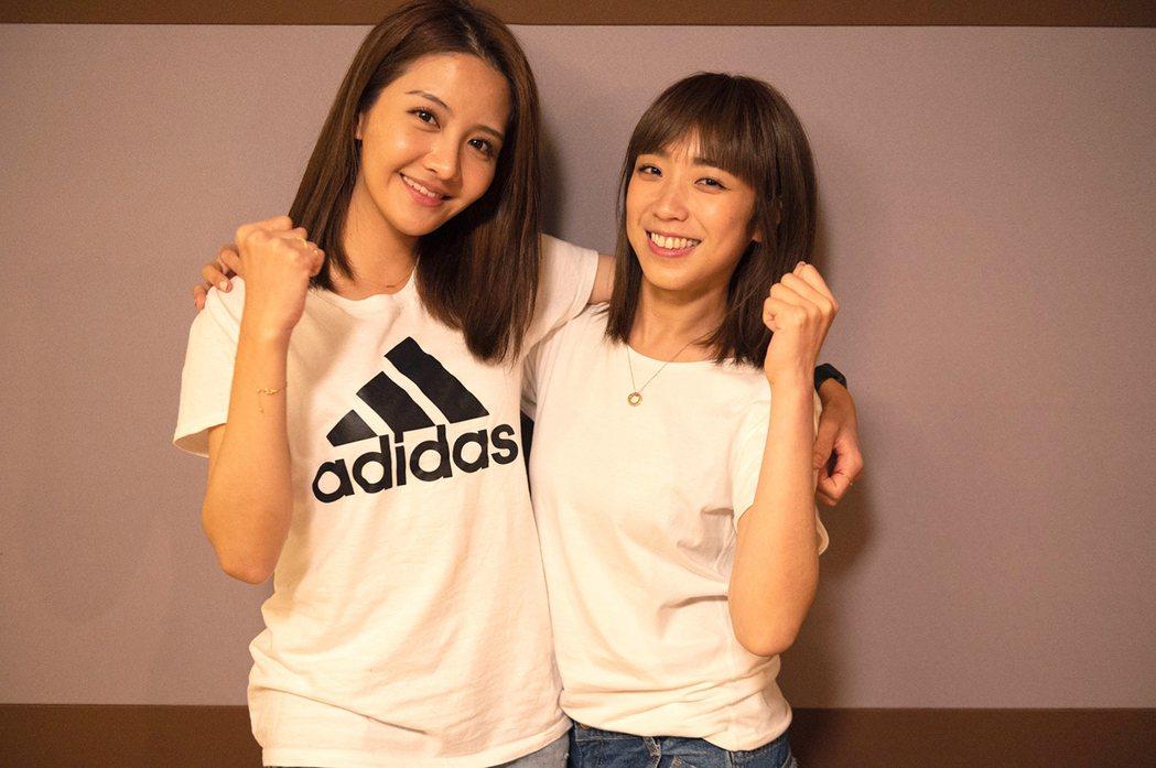李宣榕(左)、梁舒涵為防疫獻唱。圖/TVBS提供