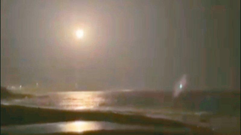 台東九日晚間天空傳出巨響,原來是國家中山科學研究院在東南部外海火砲射擊,一枚試射飛彈被民眾拍下。 圖/擷自陳世春影片