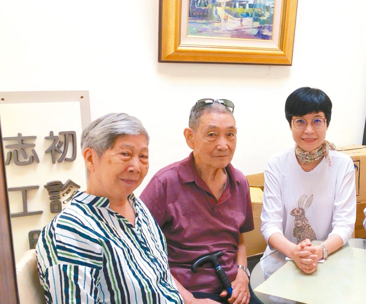 簽署「預立醫療決定同意書」當天,張曼娟父母親一大早起床把自己打扮得清爽漂亮,全家...