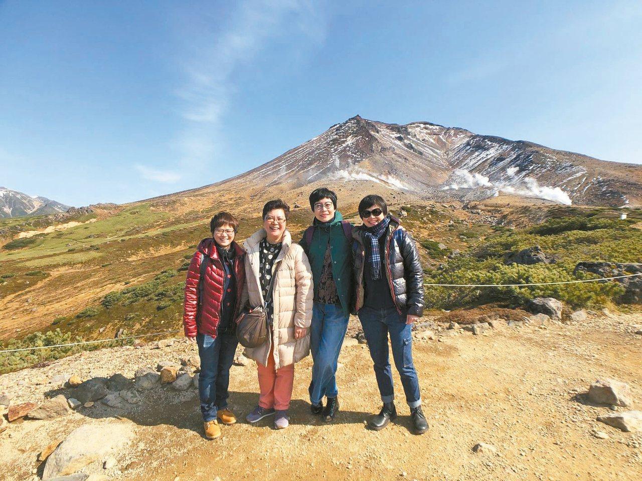 張曼娟(右二)說,無子的老後要和一群好友一起吃喝、分享,相濡以沫。圖/張曼娟提供