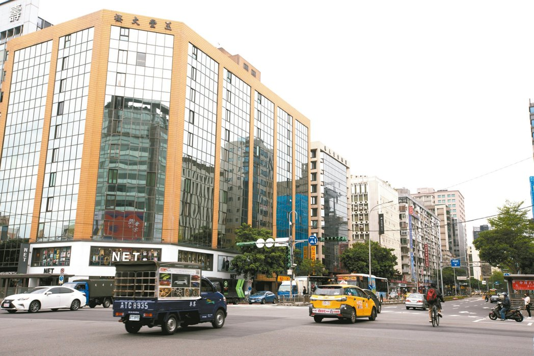 民權東路、松江路口周邊,憑藉交通優勢吸引不少購屋族。 記者季相儒/攝影