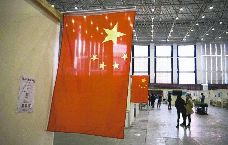白宮批評「美國之音」幫中國大陸宣傳。圖為武漢臨時醫院裡懸掛的五星旗。 法新社