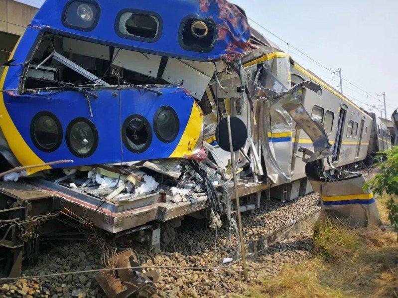 高雄楠梓火車撞上貨車,火車車頭嚴重毀損。圖/台鐵局提供