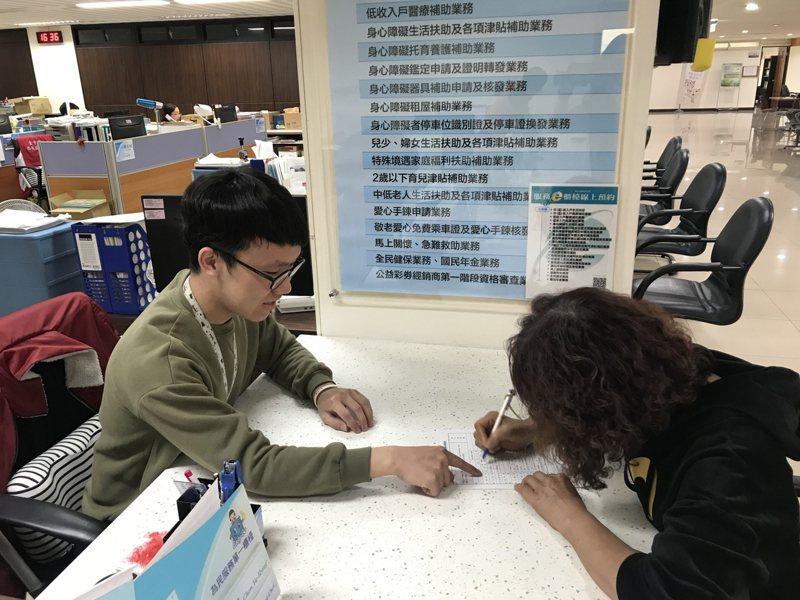 因應新冠肺炎疫情,台中市社會局宣布今年4月1日到8月31日身心障礙證明效期屆滿約7千人,有效期限將延長到今年10月31日止,將以公文主動通知符合展延資格的民眾。圖/台中市社會局提供