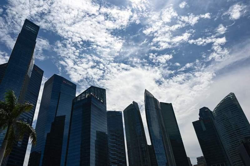香港不少企業高層普遍減薪三、四成,有的更減薪75%,甚至被裁,導致許多豪宅出現退租潮。 法新社