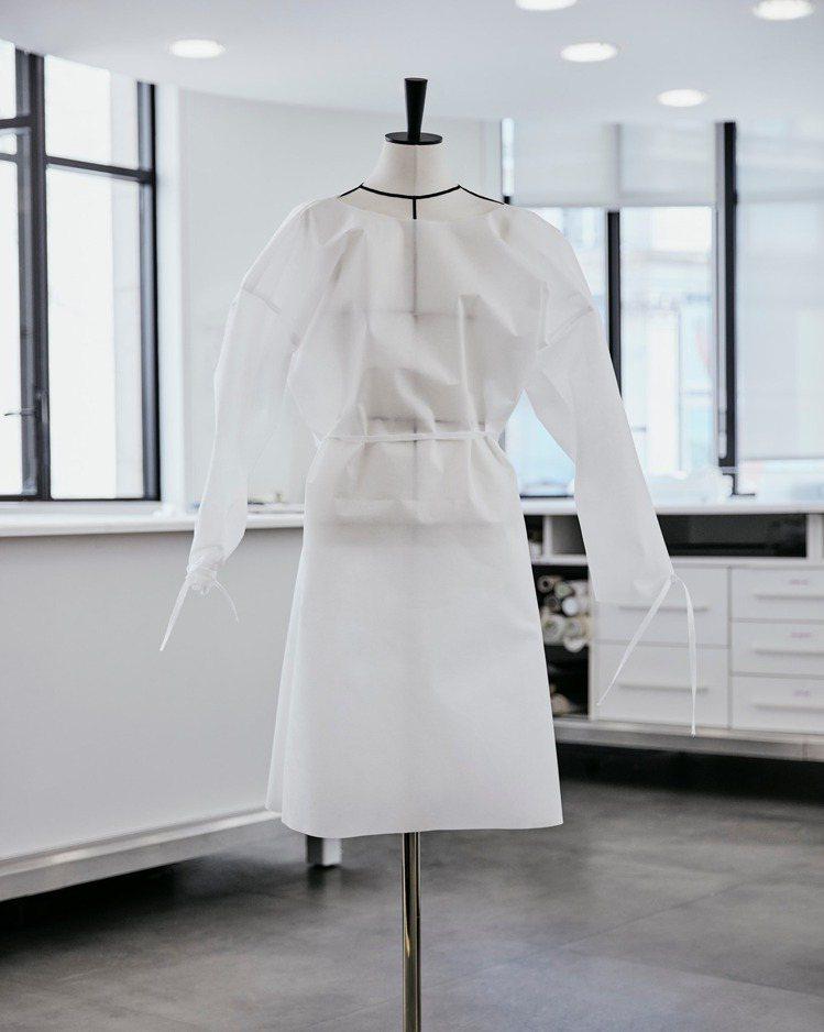 由志工細心縫製的防護服,有著精緻的外觀,可說是這場防役作戰中的「高級訂製服」。圖...