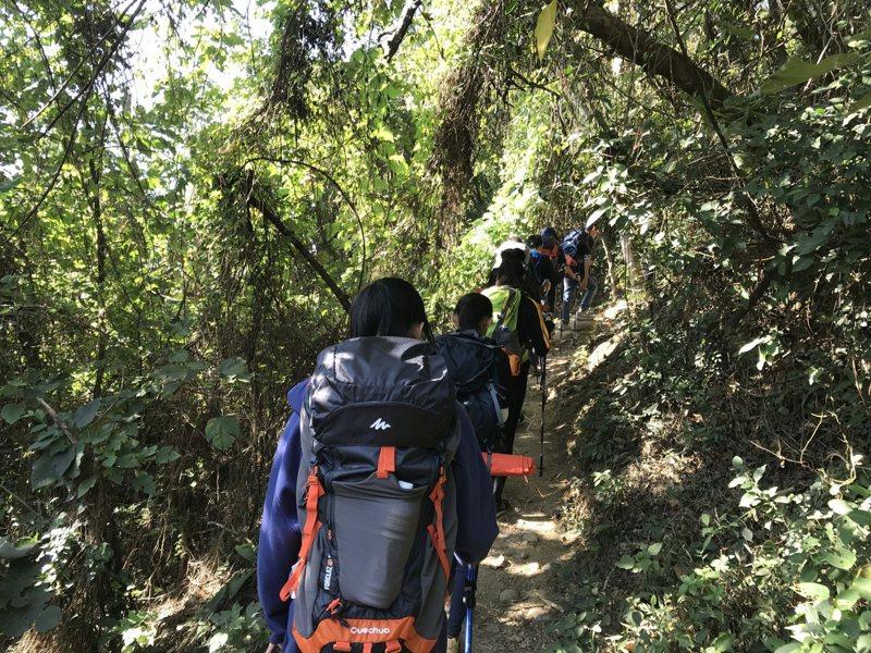 去年參與少年展力的學生們,爬火炎山鍛鍊體能。圖/苗栗家扶提供