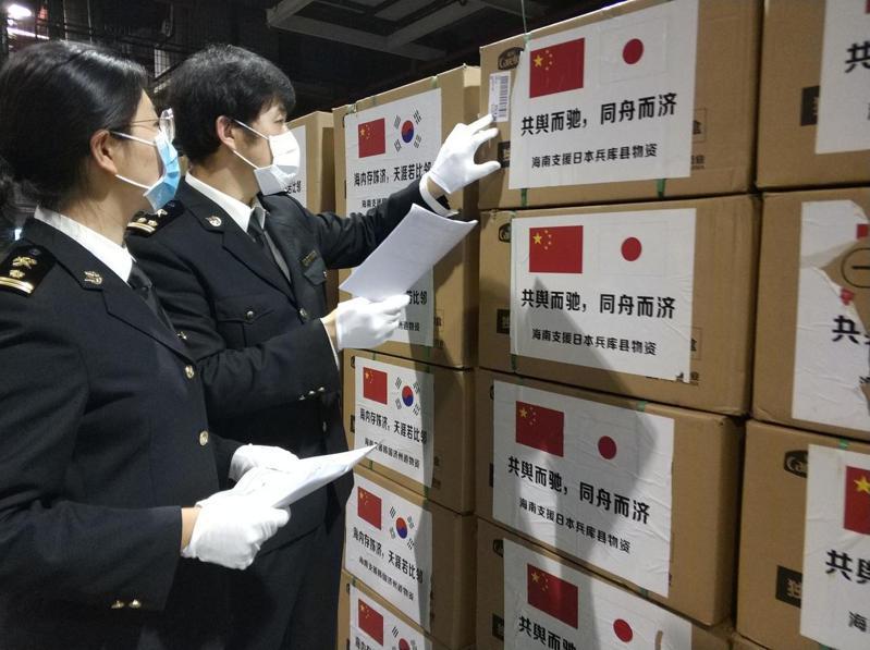 中國大陸上海一場「高層沙龍」點出疫情過後,中國面臨中美脫鉤、全世界主流國家「新去中國化」的憂慮,圖為中國出口救援物資援助其他國家。中新社