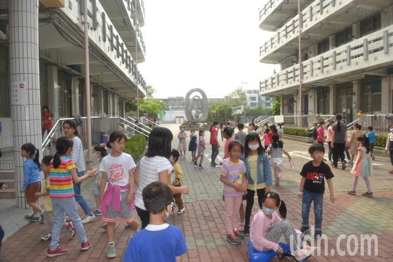 市區許多學校下學年都要減班,被認為與年輕人都到市郊買房子有關。記者鄭惠仁/攝影