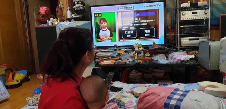 桃園66歲婦人詹馮麗卿平常在家帶孫子,祖孫倆也常看長者居家科技互動平台的直播互動...