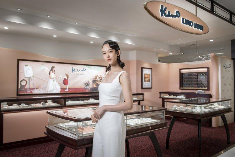 孟耿如今日出席日本珠寶品牌K.UNO新品發表,並配戴上木目金系列珠寶。圖 / K...