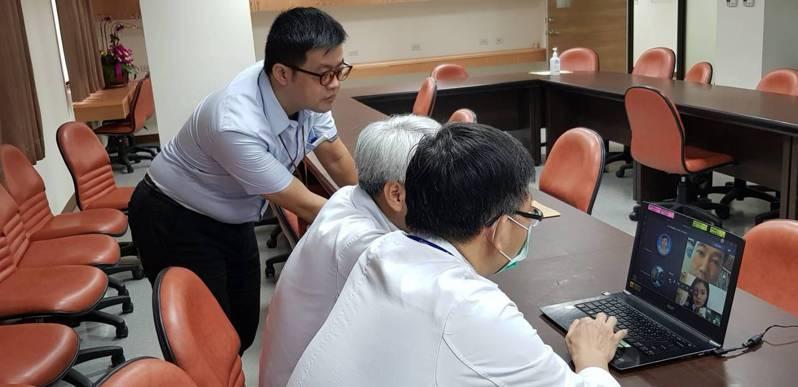 高雄榮總以視訊方式向越南首德醫院醫護人員分享台灣防疫經驗。圖/高雄榮總提供