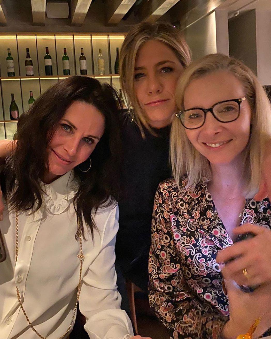 寇特妮考絲(左起)、珍妮佛安妮絲頓、麗莎庫卓在「六人行」劇終後還是不時會約碰面。...