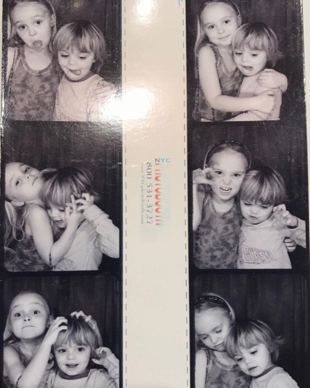 莉莉羅絲發布和弟弟傑克童年時合照,祝他18歲生日快樂。圖/摘自Instagram