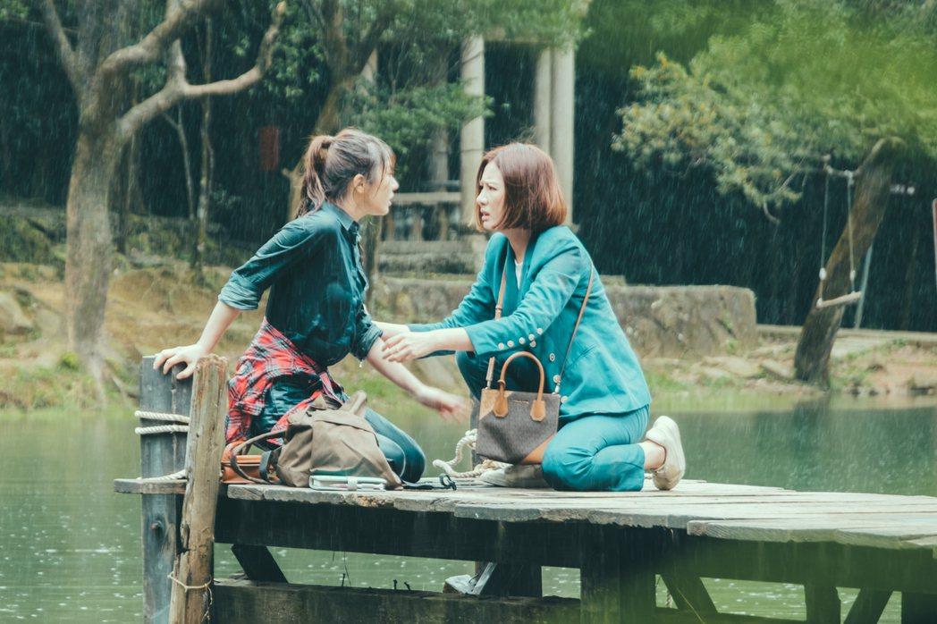 安心亞(右)在劇中救妹妹程茉,2人卻差點一起落水。圖/歐銻銻娛樂提供