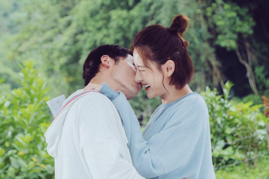 溫昇豪(左)、安心亞在「墜愛」一場約會吻戲甜蜜浪漫。圖/歐銻銻娛樂提供