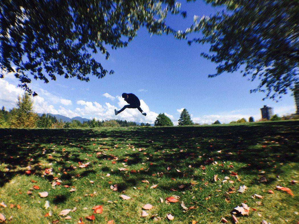 鼓鼓呂思緯分享2015年溫哥華巡演的花絮,在諾大綠地公園跳耀而起。圖/固力狗娛樂