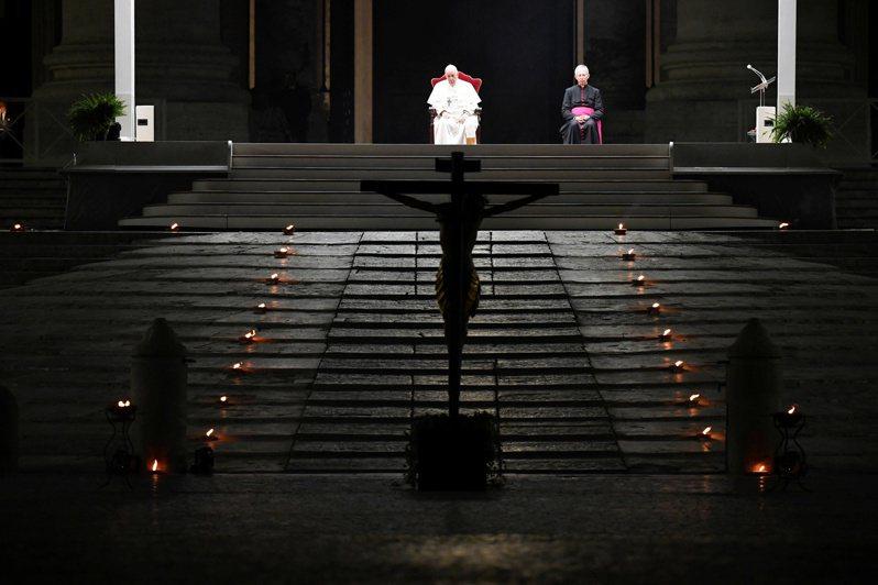 教宗方濟各主持受難日當天的「拜苦路」遊行活動,但因為新冠疫情,這場活動並未開放一般民眾參加。路透