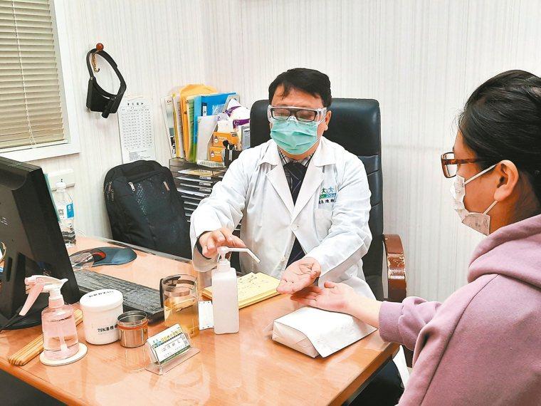 每看完一位患者,陳潮宗會以酒精消毒雙手與把脈枕,讓環境清潔與自身防疫更確實。 記...