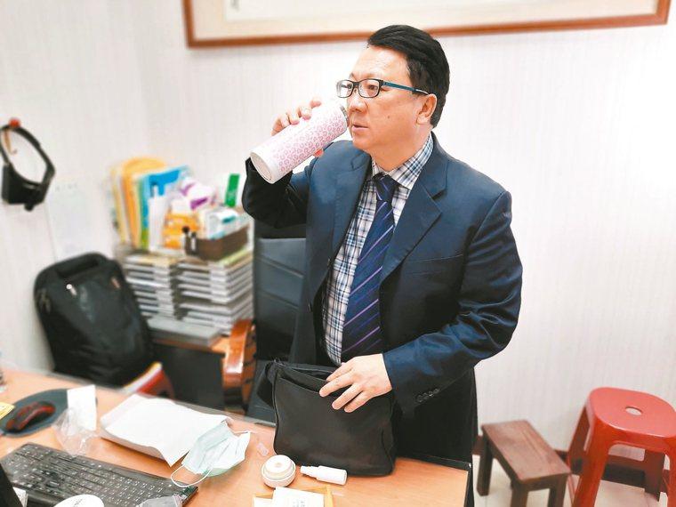 陳潮宗的隨身保溫杯備有「免疫茶」。 記者簡浩正╱攝影