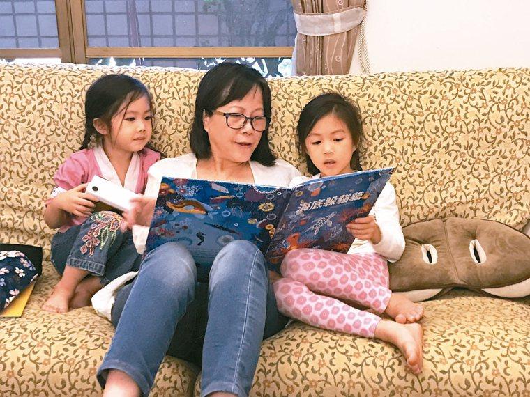 作家廖玉蕙認為親子共讀是在家防疫最好的方法。 圖╱廖玉蕙提供