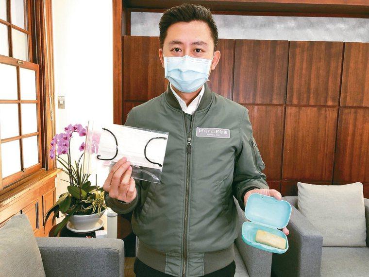 新竹市長林智堅全程戴口罩受訪,他表示,過去非疫情期間,他就有攜帶「防疫小物」的習...