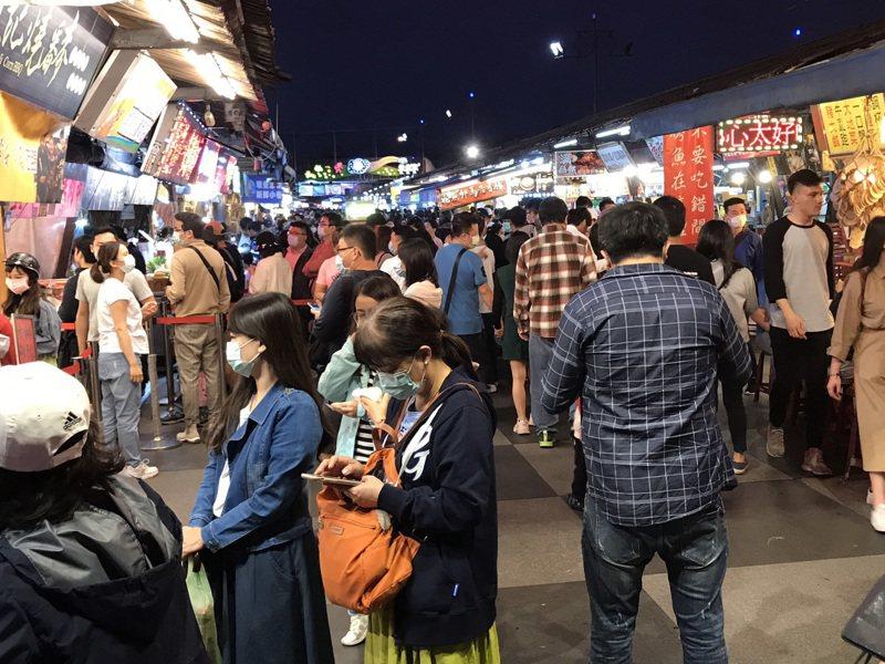 花蓮東大門夜市清明連假人潮擠爆,縣府祭總量管制。 圖/聯合報系資料照片