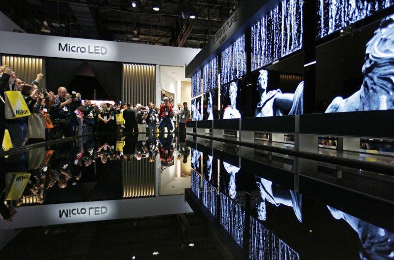 Micro LED是今年展場注目的焦點。圖為LG Signature OLED R電視。 美聯社