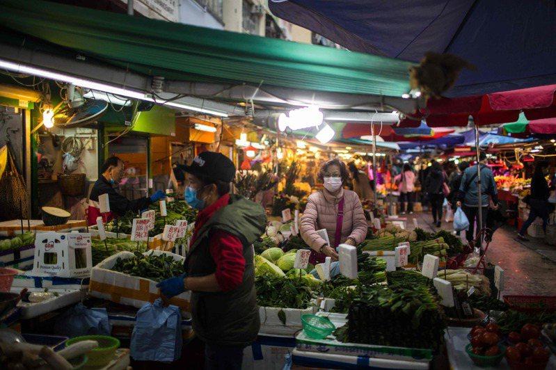 新冠肺炎疫情未止,全城抗疫期間遇上一連四天的復活節長假,不少香港市民在假期第二天繼續出遊,其中郊野公園及海灘成為熱點。 法新社