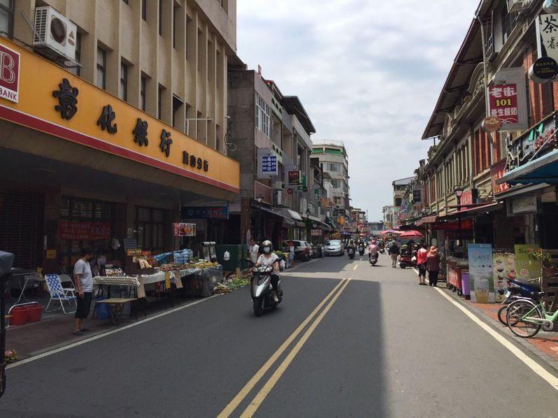 今天是周日,旗山老街只有在地居民活動,完全看不到遊客。 記者徐白櫻/攝影
