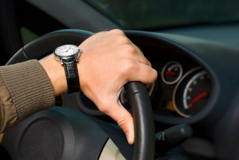 一名男網友開車載曖昧的女同學出遊,途中因緊急剎車,下意識一個動作竟讓他成功「脫單」。 圖/ingimage