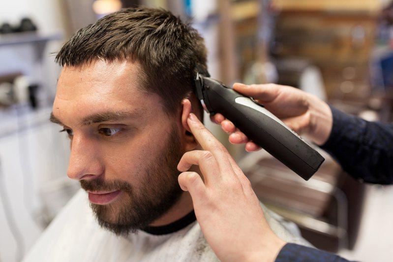 有位男網友在網路上發文分享,自己在百元理髮店遇到一個新進的年輕設計師,而他的服務態度及專業度,完全顛覆了他對百元理髮店的既定印象。 示意圖/ingimage