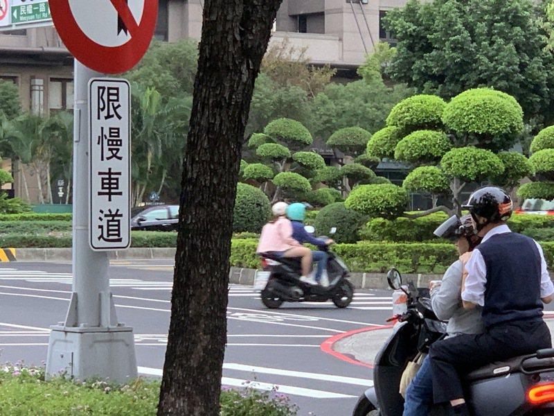 今年1月28日,高雄市議員蔡武宏騎機車載高雄市長韓國瑜,兩人邊騎邊聊。。圖/讀者提供