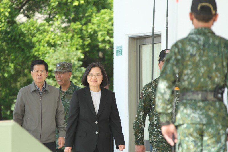 蔡英文總統(中)今年一月前往陸軍南區部隊聯測中心台南白河內角營區視察,強調她身為中華民國的三軍統帥,一定是國軍最大後盾。 圖/聯合報系資料照片