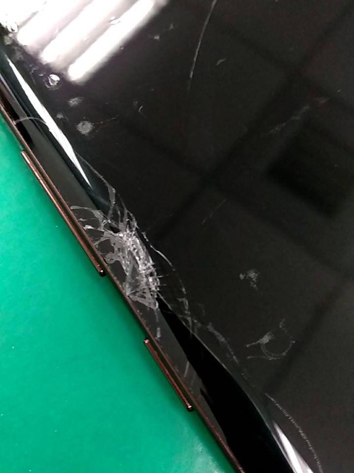 台南一名護理師在臉書po出被摔壞的手機,原因讓網友讚爆。圖/取自臉書