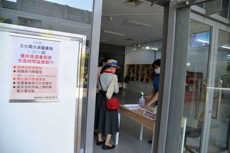 民眾要文化觀光處圖書館採實名制,並得配合量體溫、酒精消毒與戴口罩。圖/雲林縣府提供