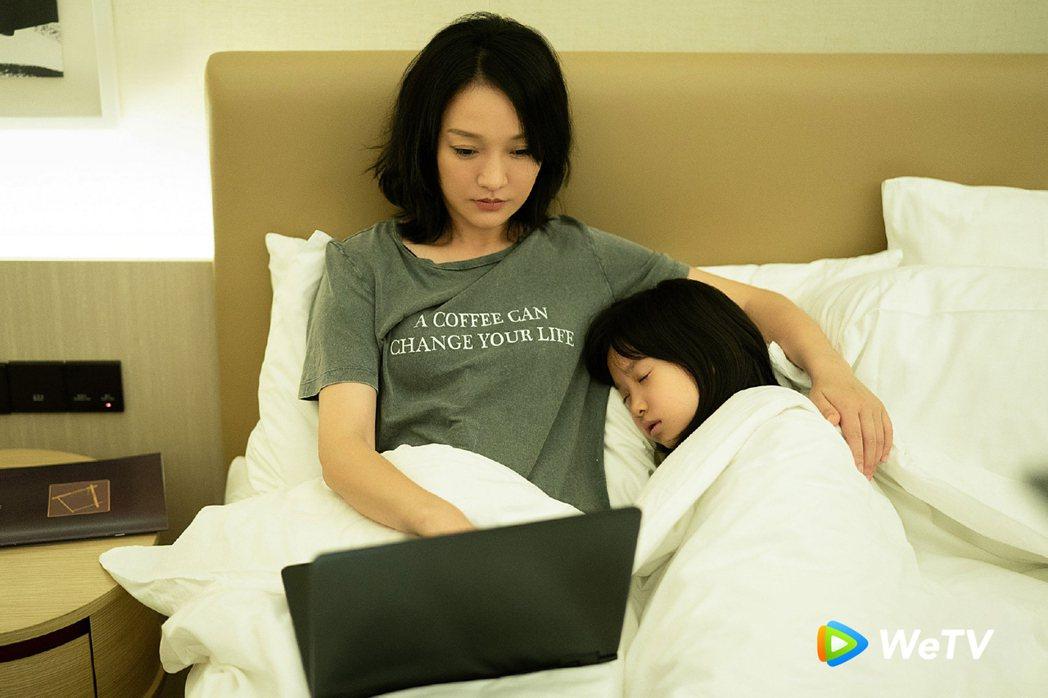 周迅(左)在「不完美的她」中收養女孩小鷗。圖/WeTV提供