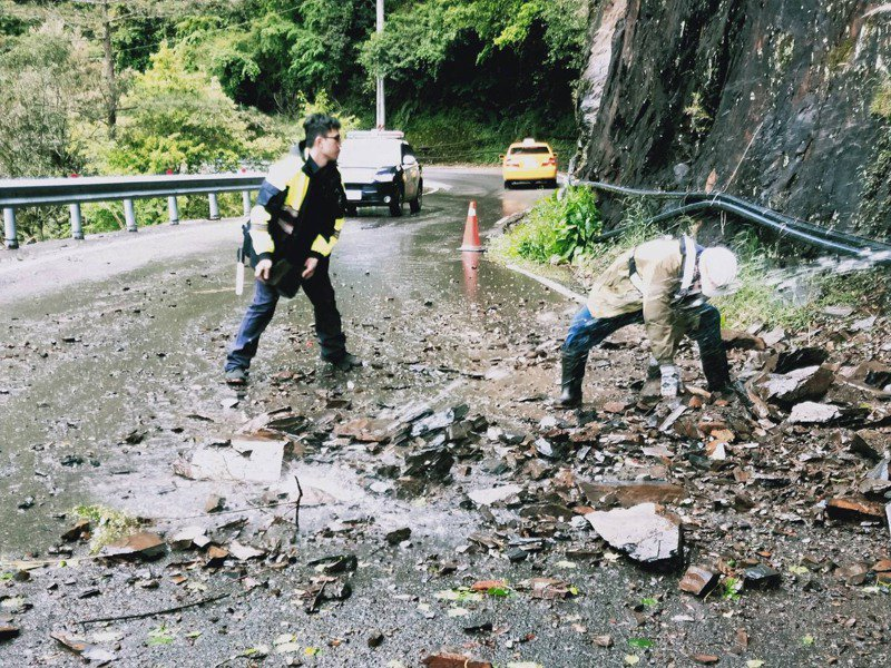 中橫公路土石崩落,路面都是碎石,梨山員警徒手協助清除路面障礙。圖/警方提供